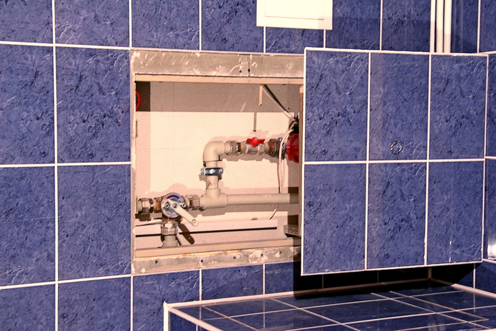 Сантехнический люк под плитку фото